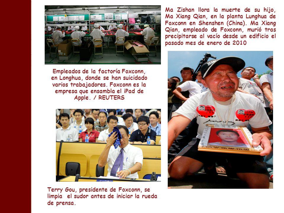 Ma Zishan llora la muerte de su hijo, Ma Xiang Qian, en la planta Lunghua de Foxconn en Shenshen (China). Ma Xiang Qian, empleado de Foxconn, murió tras precipitarse al vacío desde un edificio el pasado mes de enero de 2010
