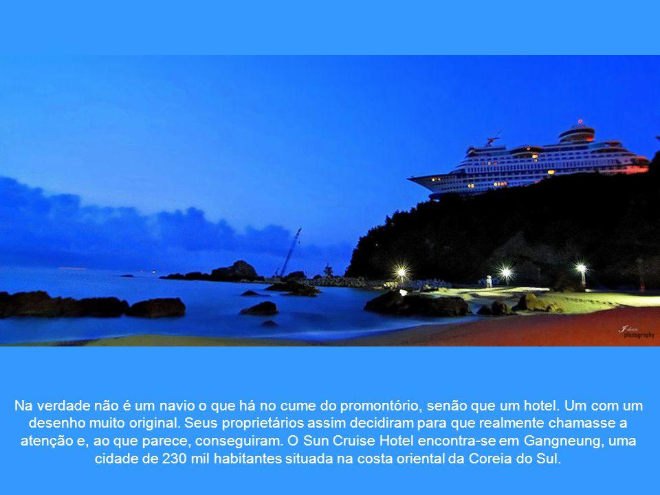 Na verdade não é um navio o que há no cume do promontório, senão que um hotel.