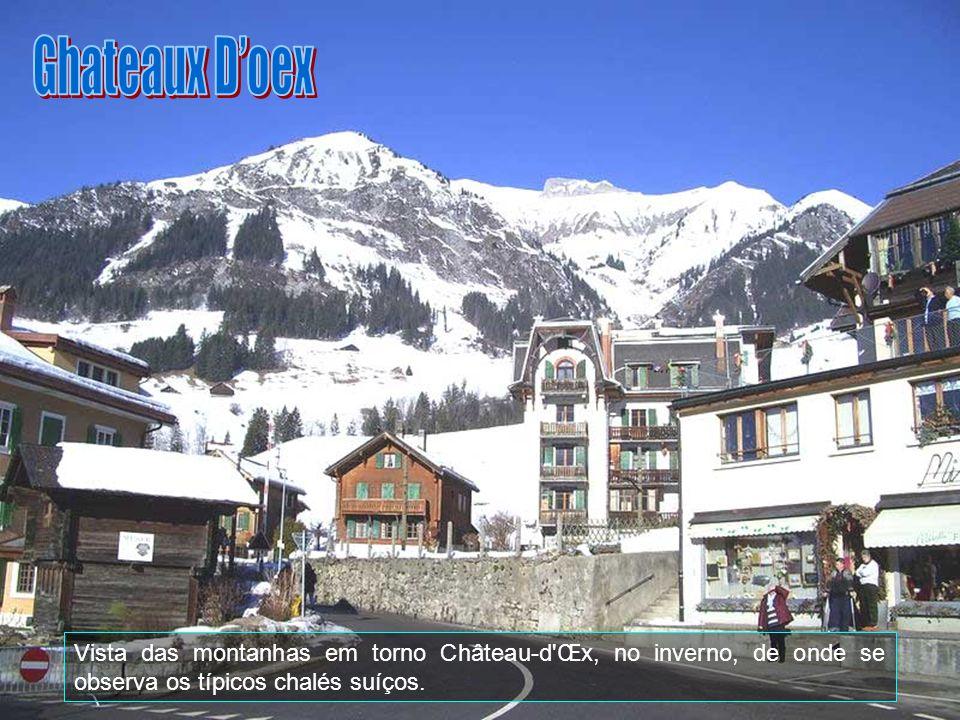 Ghateaux D'oex Vista das montanhas em torno Château-d Œx, no inverno, de onde se observa os típicos chalés suíços.