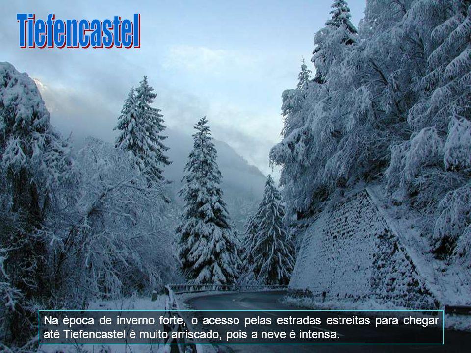 Tiefencastel Na época de inverno forte, o acesso pelas estradas estreitas para chegar até Tiefencastel é muito arriscado, pois a neve é intensa.