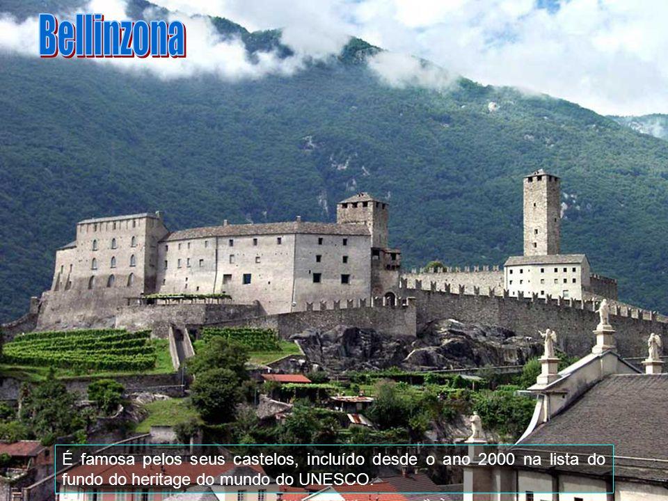 Bellinzona É famosa pelos seus castelos, incluído desde o ano 2000 na lista do fundo do heritage do mundo do UNESCO.