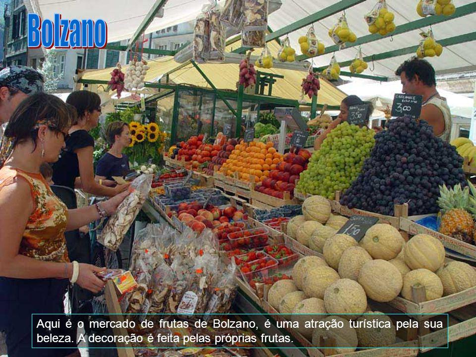 Bolzano Aqui é o mercado de frutas de Bolzano, é uma atração turística pela sua beleza.