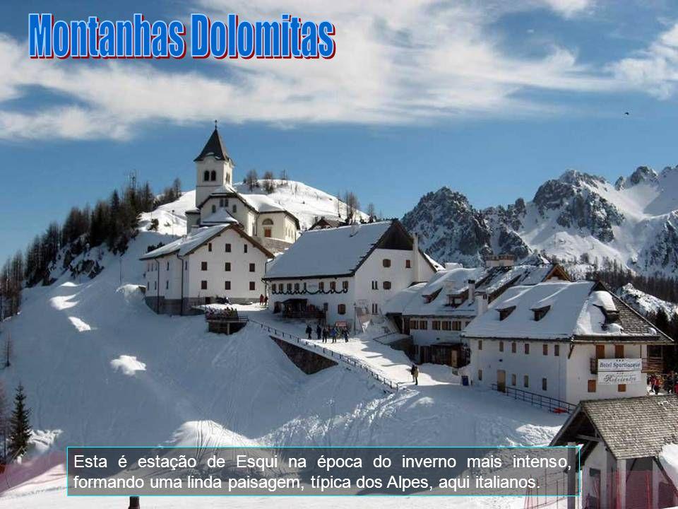 Montanhas Dolomitas Esta é estação de Esqui na época do inverno mais intenso, formando uma linda paisagem, típica dos Alpes, aqui italianos.