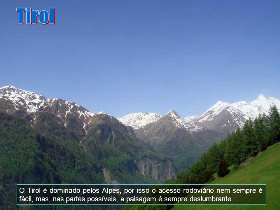 Tirol O Tirol é dominado pelos Alpes, por isso o acesso rodoviário nem sempre é fácil, mas, nas partes possíveis, a paisagem é sempre deslumbrante.