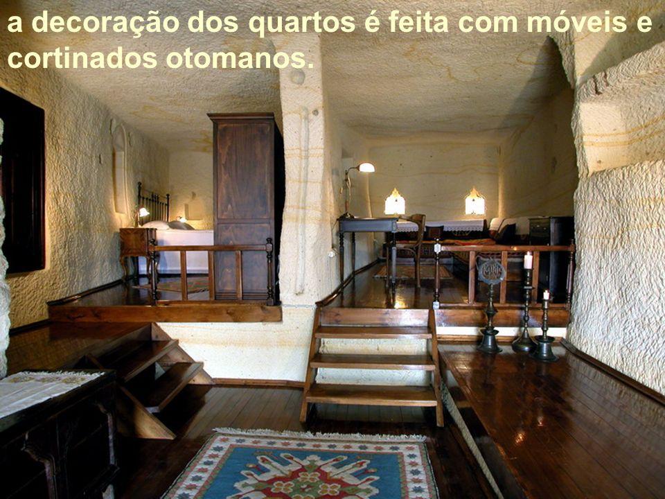 a decoração dos quartos é feita com móveis e