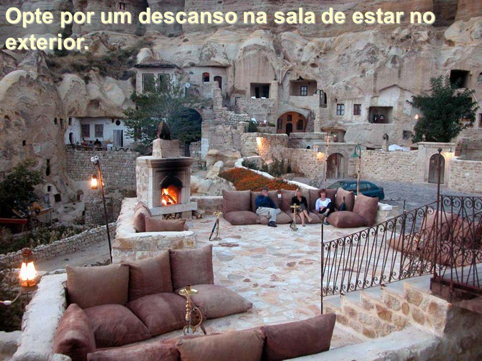 Opte por um descanso na sala de estar no exterior.