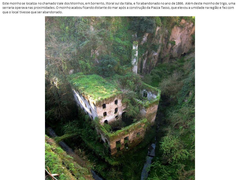 Este moinho se localiza no chamado Vale dos Moinhos, em Sorrento, litoral sul da Itália, e foi abandonado no ano de 1866.