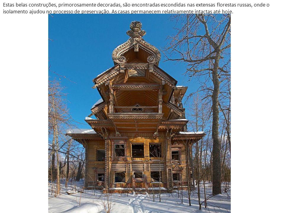 Estas belas construções, primorosamente decoradas, são encontradas escondidas nas extensas florestas russas, onde o isolamento ajudou no processo de preservação.