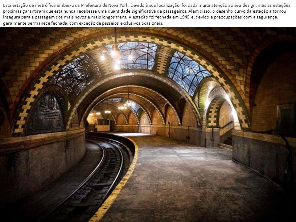 Esta estação de metrô fica embaixo da Prefeitura de Nova York