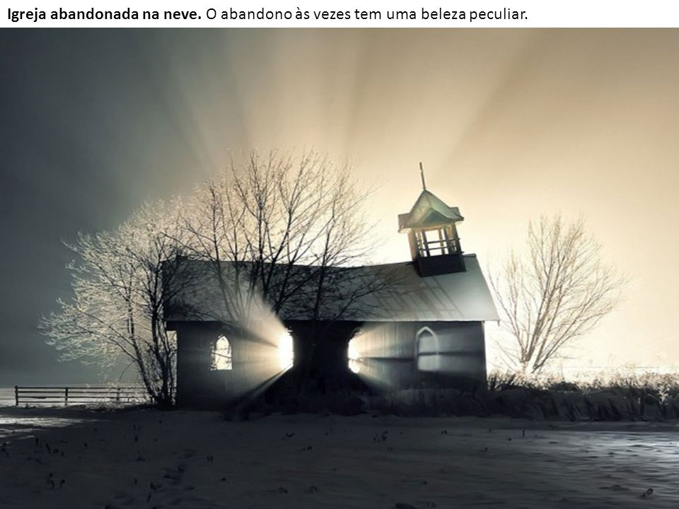 Igreja abandonada na neve. O abandono às vezes tem uma beleza peculiar.