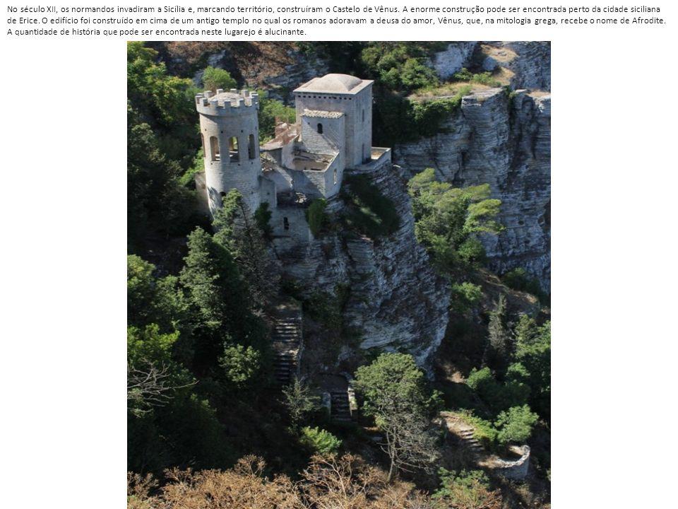 No século XII, os normandos invadiram a Sicília e, marcando território, construíram o Castelo de Vênus.