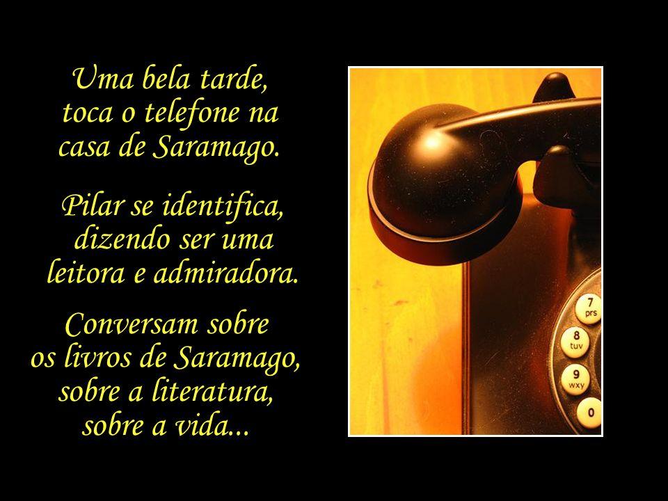 Uma bela tarde, toca o telefone na casa de Saramago.
