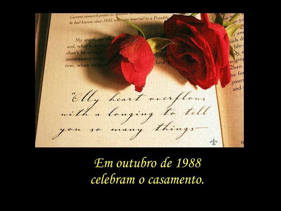 Em outubro de 1988 celebram o casamento.