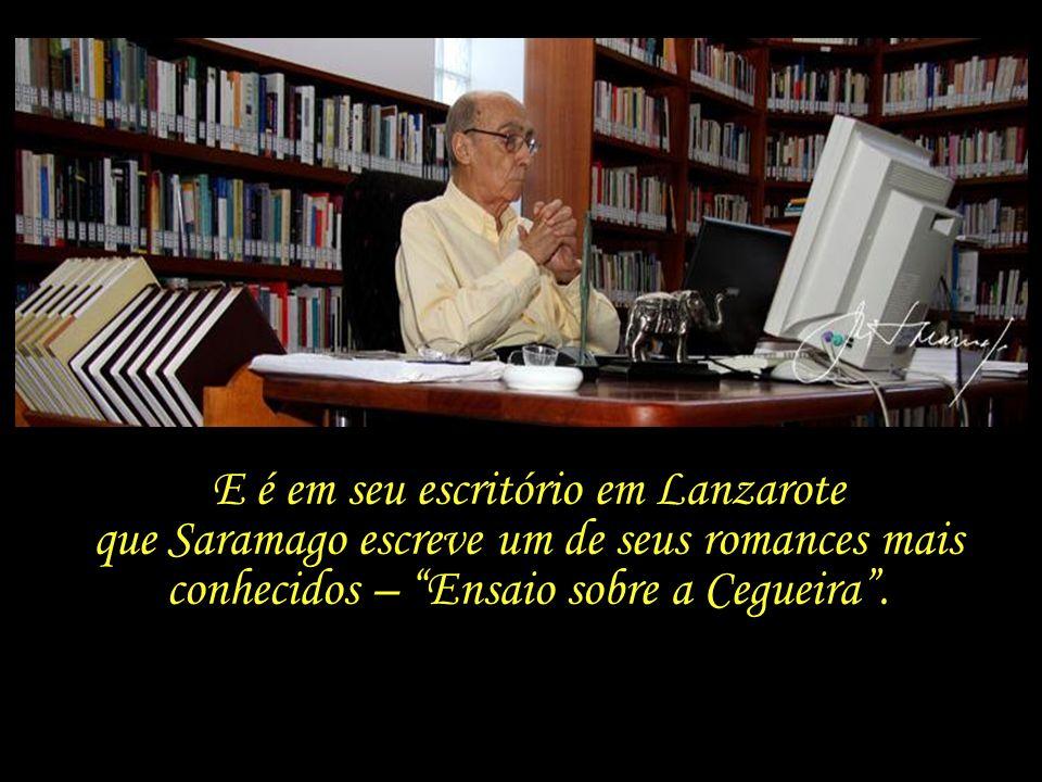 E é em seu escritório em Lanzarote que Saramago escreve um de seus romances mais conhecidos – Ensaio sobre a Cegueira .