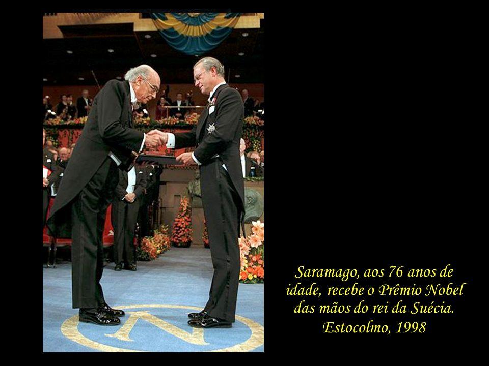 Saramago, aos 76 anos de idade, recebe o Prêmio Nobel das mãos do rei da Suécia.