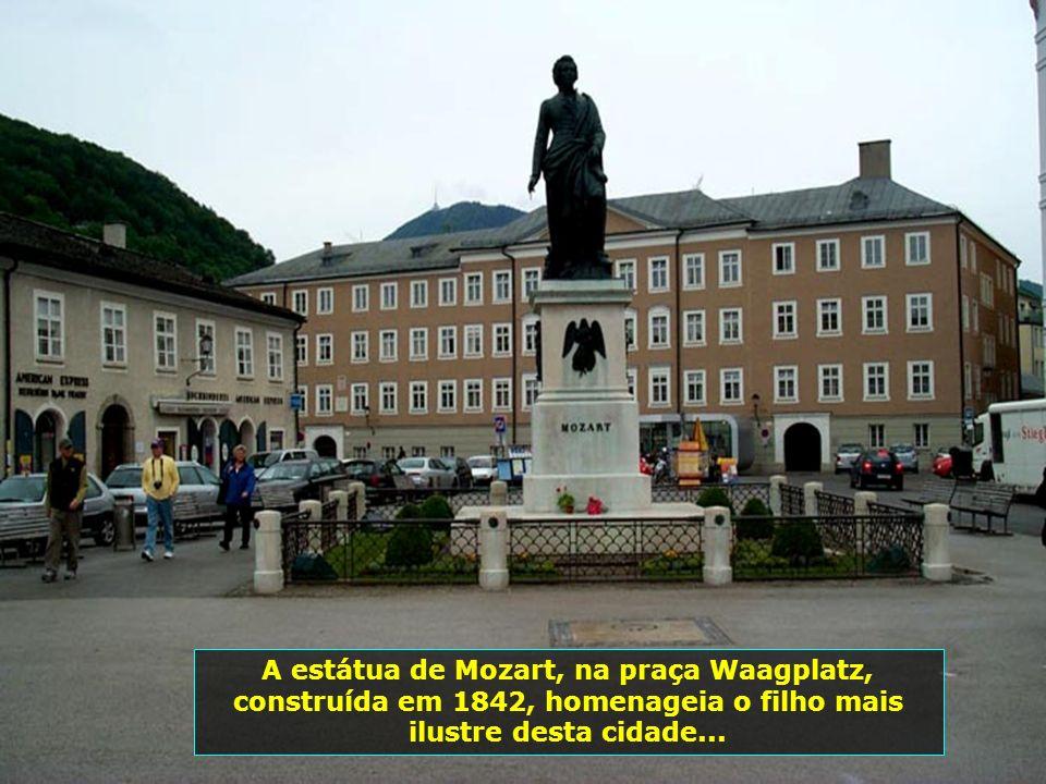 A estátua de Mozart, na praça Waagplatz, construída em 1842, homenageia o filho mais ilustre desta cidade...