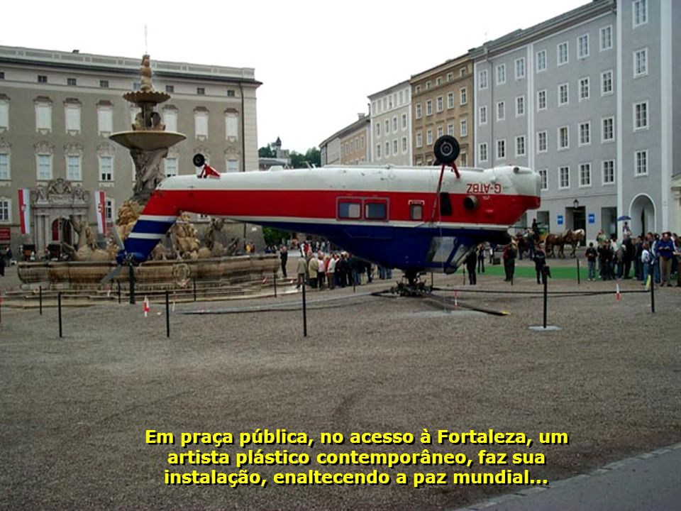 Em praça pública, no acesso à Fortaleza, um artista plástico contemporâneo, faz sua instalação, enaltecendo a paz mundial...