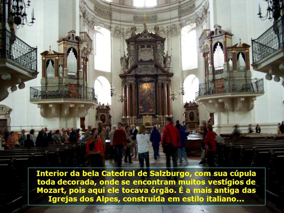 Interior da bela Catedral de Salzburgo, com sua cúpula toda decorada, onde se encontram muitos vestígios de Mozart, pois aqui ele tocava órgão.