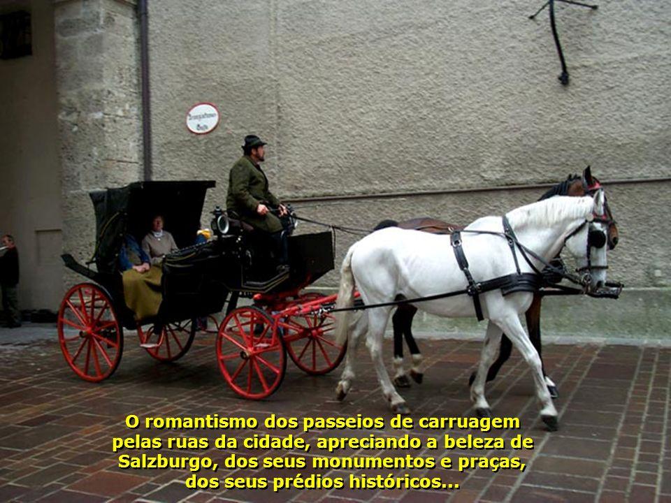 O romantismo dos passeios de carruagem pelas ruas da cidade, apreciando a beleza de Salzburgo, dos seus monumentos e praças, dos seus prédios históricos...