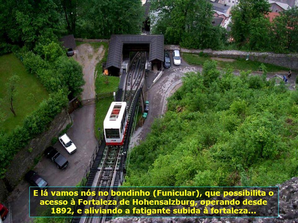 E lá vamos nós no bondinho (Funicular), que possibilita o acesso à Fortaleza de Hohensalzburg, operando desde 1892, e aliviando a fatigante subida à fortaleza...