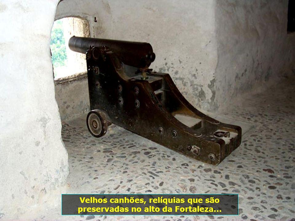 Velhos canhões, relíquias que são preservadas no alto da Fortaleza...