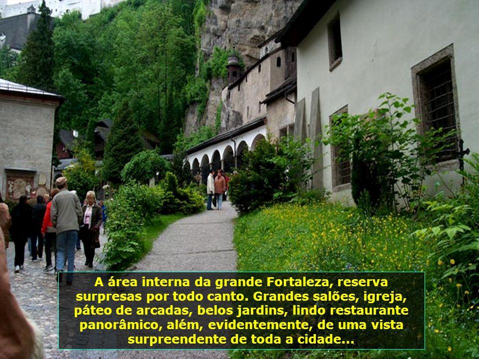 A área interna da grande Fortaleza, reserva surpresas por todo canto