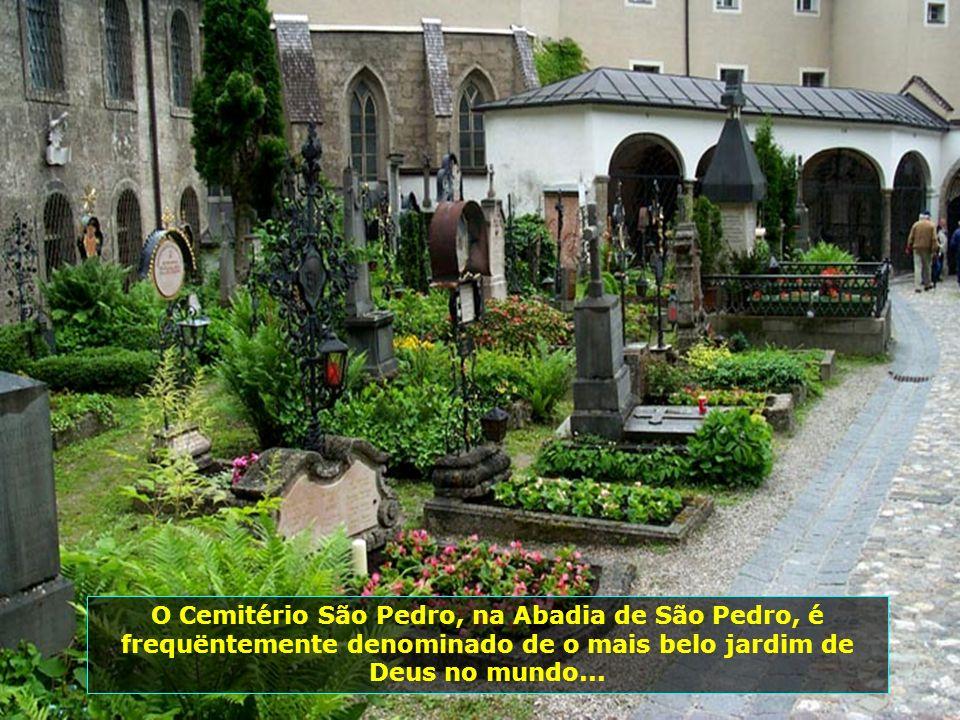 O Cemitério São Pedro, na Abadia de São Pedro, é frequëntemente denominado de o mais belo jardim de Deus no mundo...