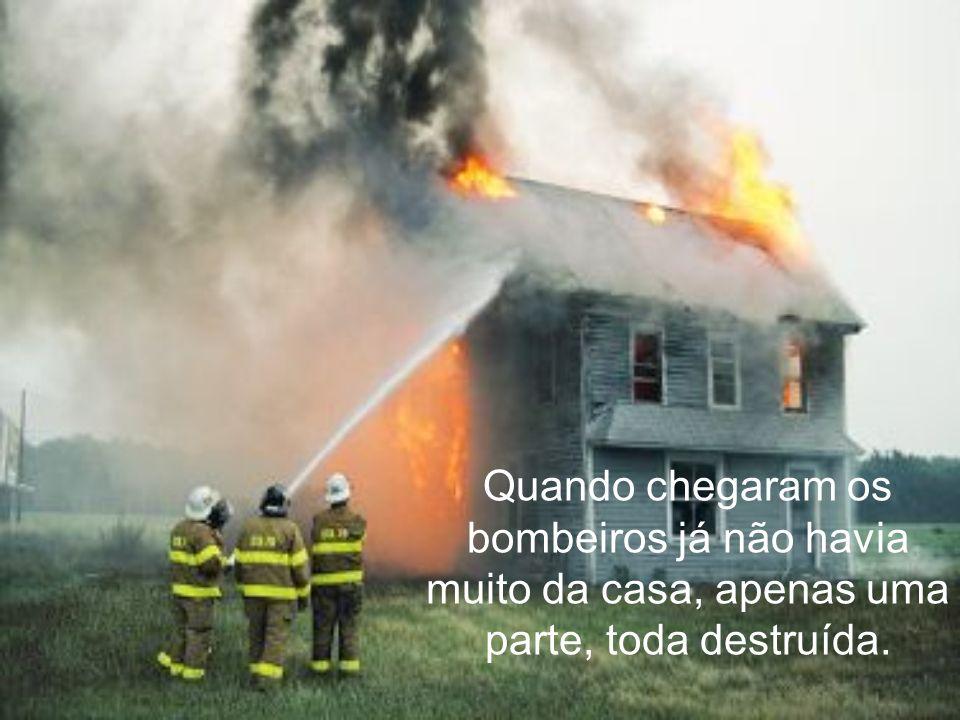 Quando chegaram os bombeiros já não havia muito da casa, apenas uma parte, toda destruída.