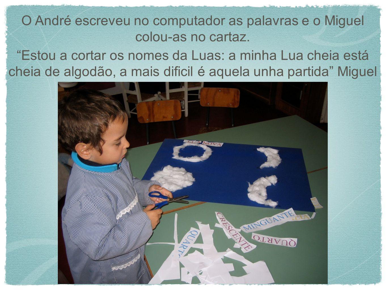 O André escreveu no computador as palavras e o Miguel colou-as no cartaz.