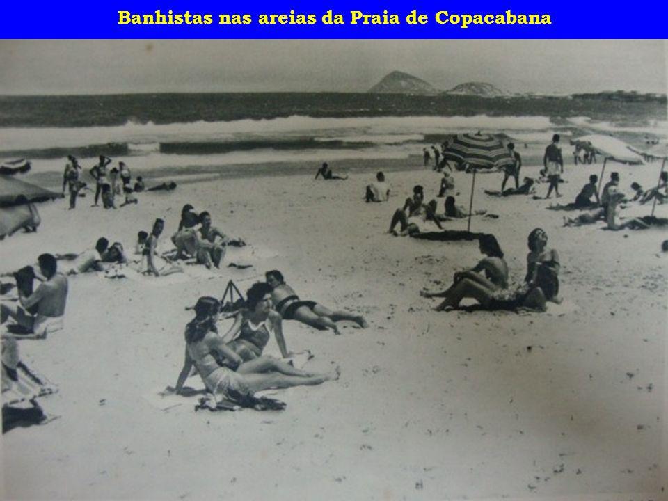 Banhistas nas areias da Praia de Copacabana