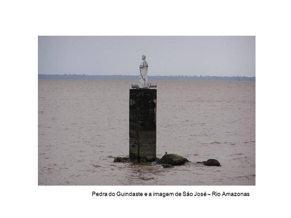 Pedra do Guindaste e a imagem de São José – Rio Amazonas