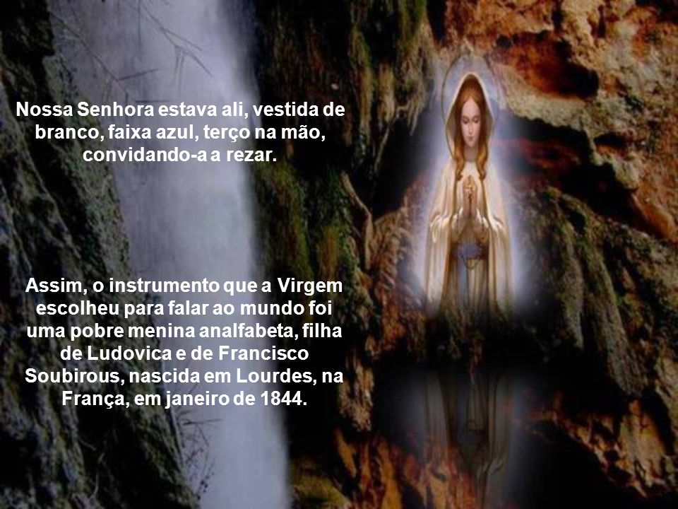 Nossa Senhora estava ali, vestida de branco, faixa azul, terço na mão, convidando-a a rezar.