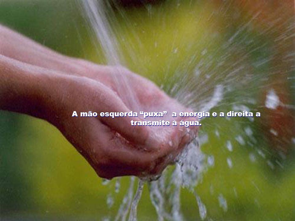 A mão esquerda puxa a energia e a direita a transmite à água.