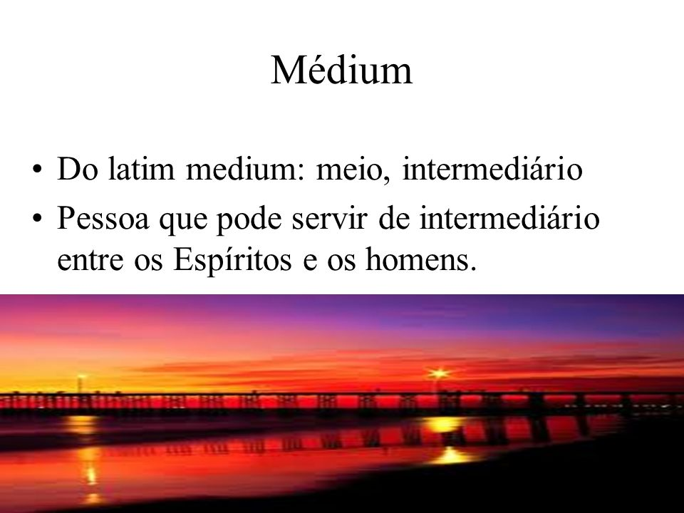 Médium Do latim medium: meio, intermediário