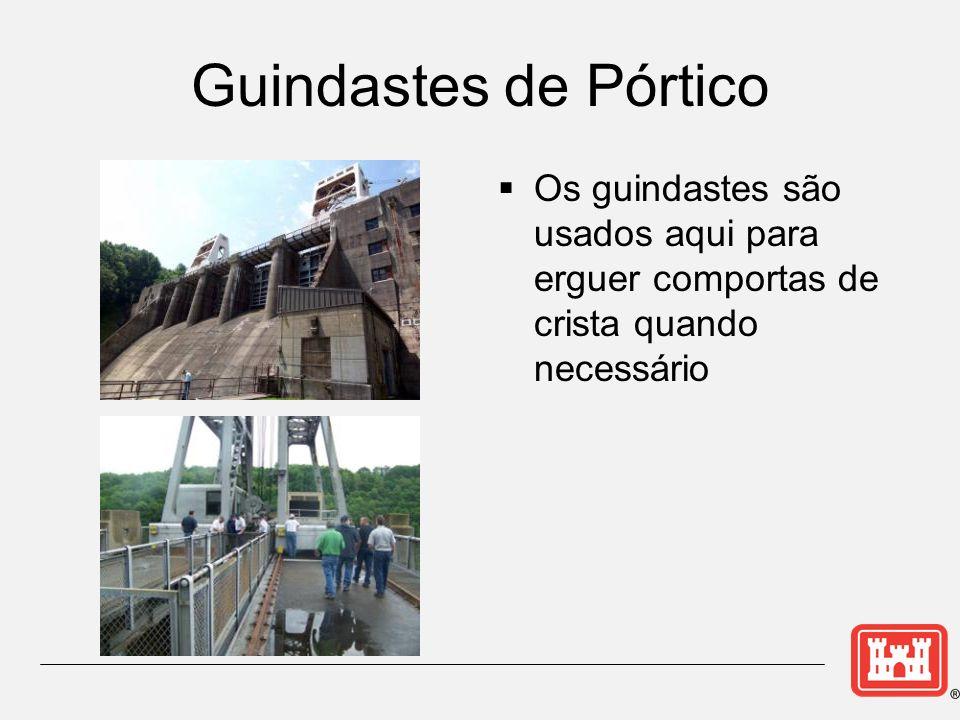 Guindastes de Pórtico Os guindastes são usados aqui para erguer comportas de crista quando necessário.