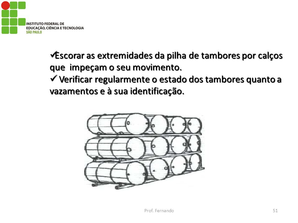 Escorar as extremidades da pilha de tambores por calços que impeçam o seu movimento.
