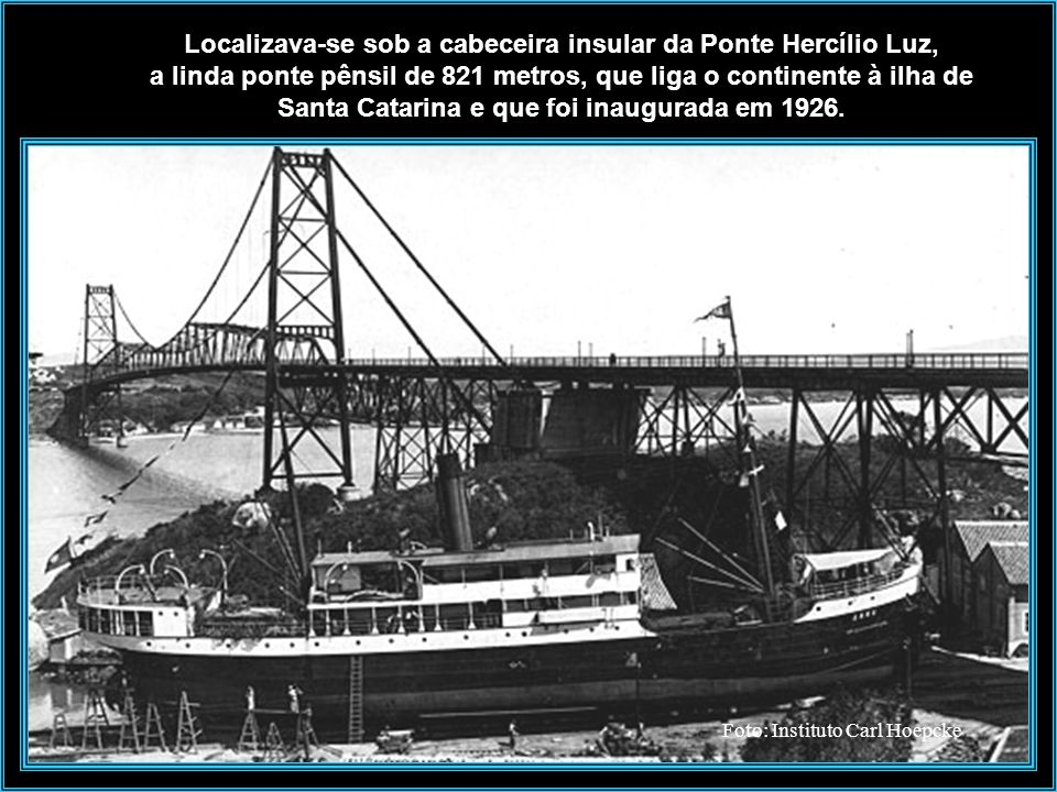 O vapor Anna puxado no Estaleiro Arataca.
