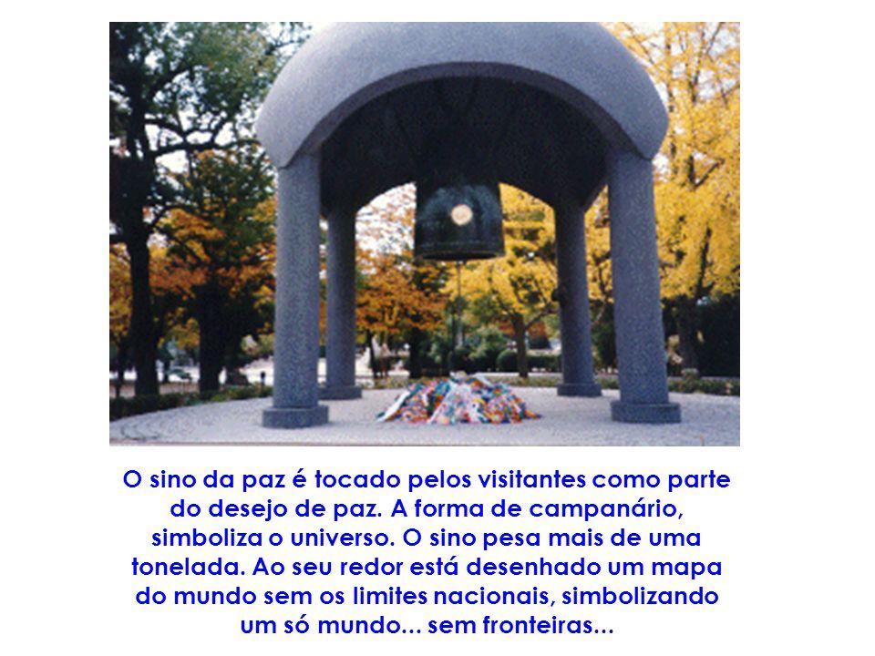 O sino da paz é tocado pelos visitantes como parte do desejo de paz
