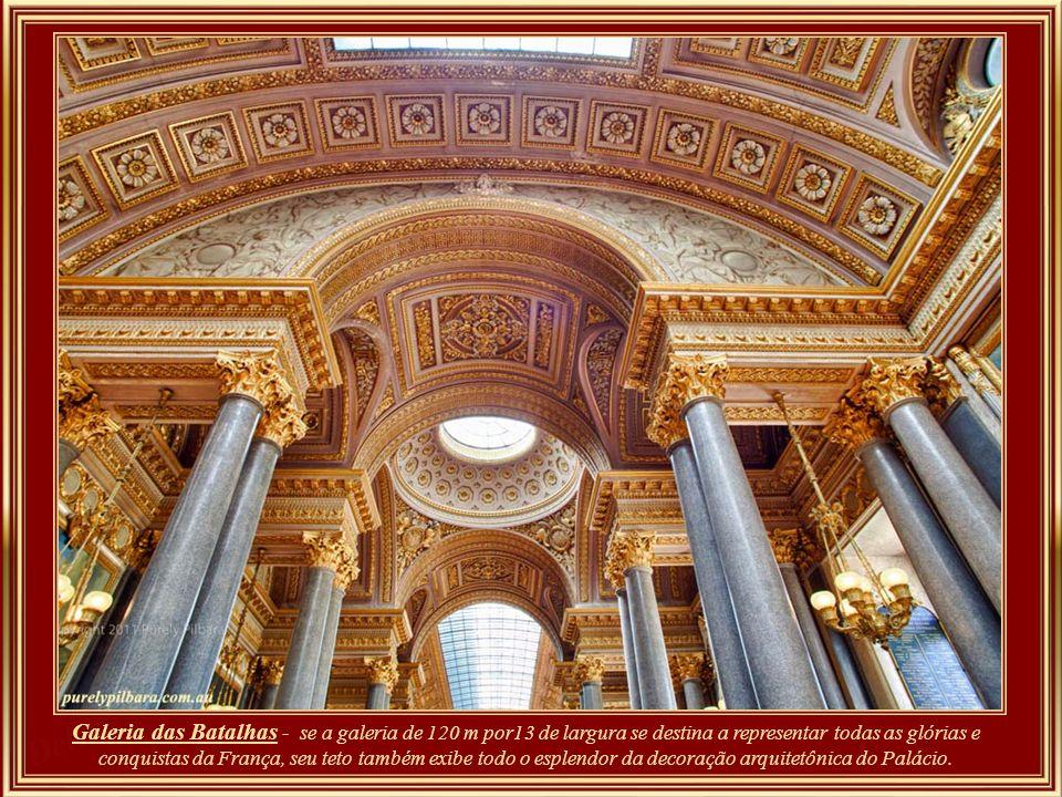 Galeria das Batalhas - se a galeria de 120 m por13 de largura se destina a representar todas as glórias e conquistas da França, seu teto também exibe todo o esplendor da decoração arquitetônica do Palácio.