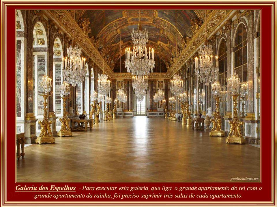Galeria dos Espelhos - Para executar esta galeria que liga o grande apartamento do rei com o grande apartamento da rainha, foi preciso suprimir três salas de cada apartamento.