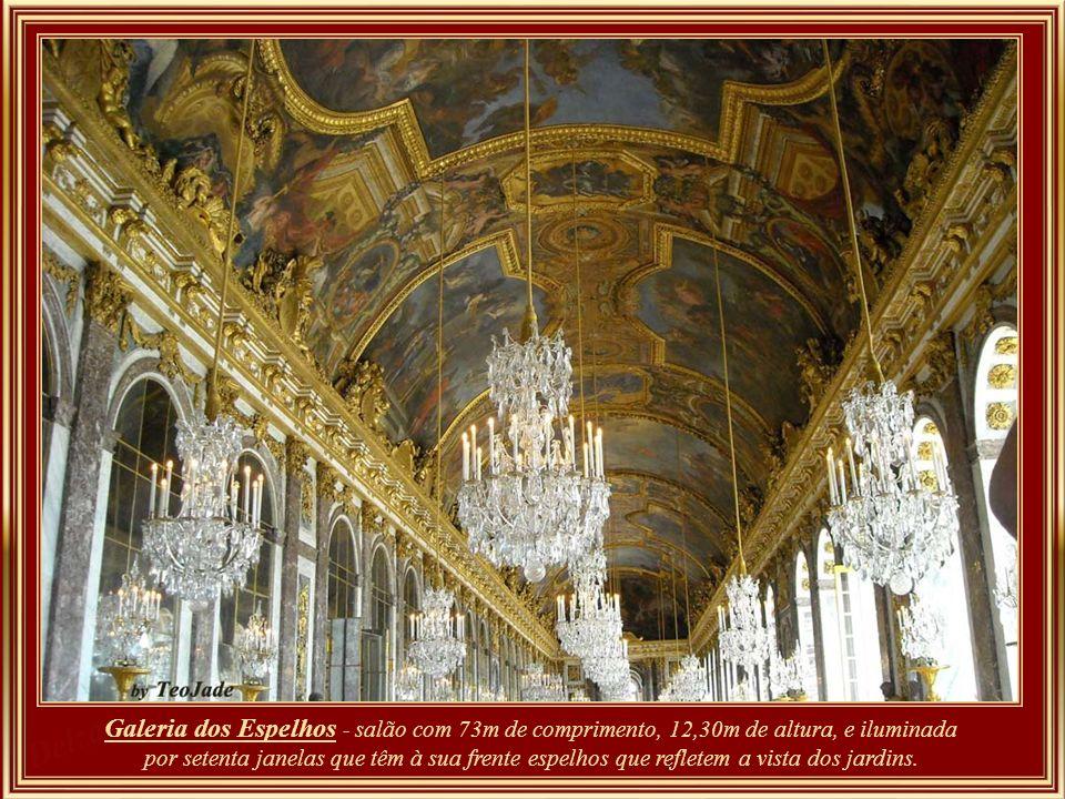 Galeria dos Espelhos - salão com 73m de comprimento, 12,30m de altura, e iluminada por setenta janelas que têm à sua frente espelhos que refletem a vista dos jardins.