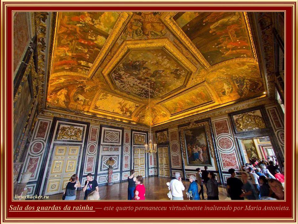 Sala dos guardas da rainha — este quarto permaneceu virtualmente inalterado por Maria Antonieta.
