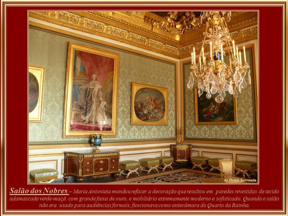 Salon des nobles -Marie-Antoinette fit refaire entièrement la décoration, on tendit les murs de damas vert pomme bordé d'un large galon d'or. Un nouveau mobilier fut livré, à la fois extrêmement moderne et raffiné.. Quando não era usada para audiências formais, o Salon des Nobles servia de antecâmara do quarto da Rainha.