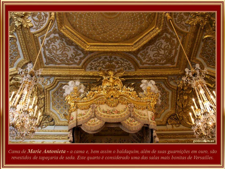 Cama de Marie Antonieta - a cama e, bem assim o baldaquim, além de suas guarnições em ouro, são revestidos de tapeçaria de seda.
