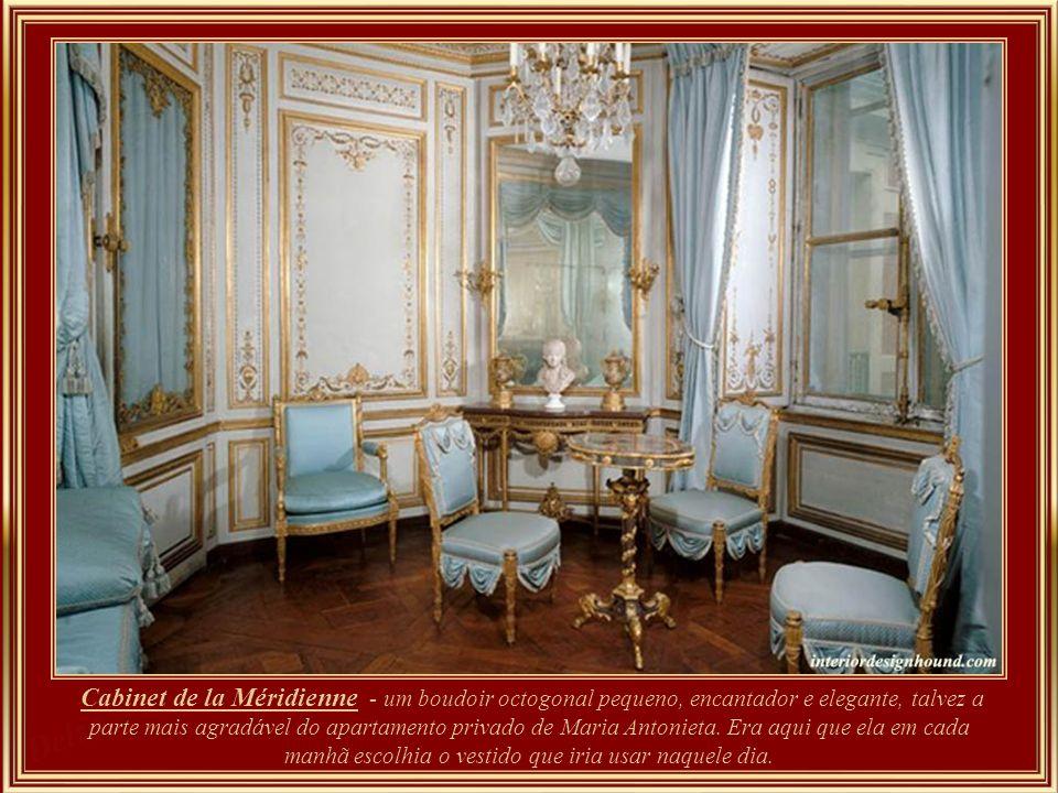 Le Cabinet de la Méridienne, est sans doute la pièce la plus attachante de l Appartement privé de Marie Antoinette. Il s agit d un petit boudoir charmant et raffiné de forme octogonale. Neste aposento ela escolhia o vestido que iria usar em cada dia.