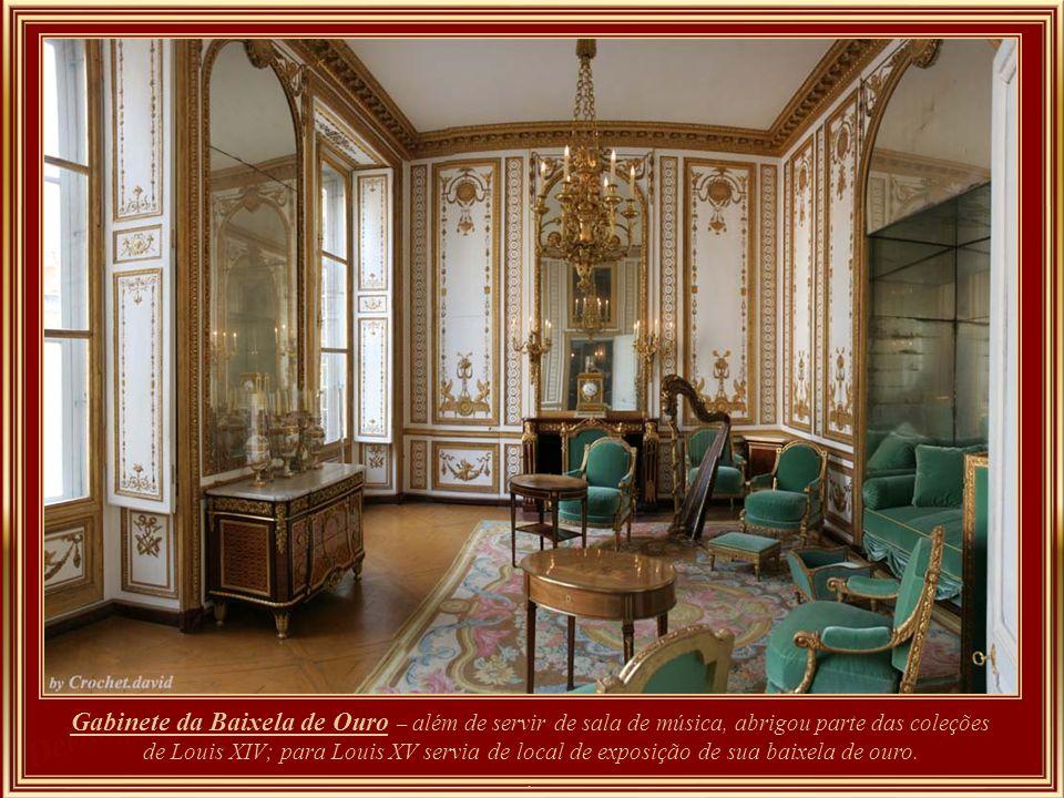 Gabinete da Baixela de Ouro – além de servir de sala de música, abrigou parte das coleções de Louis XIV; para Louis XV servia de local de exposição de sua baixela de ouro.