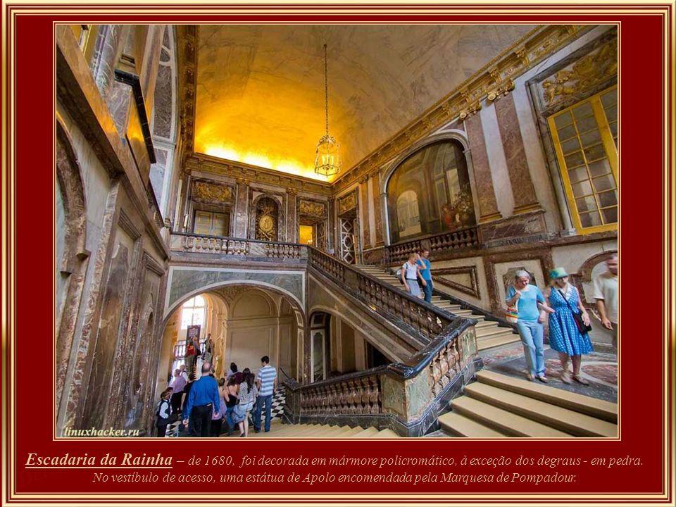 Escadaria da Rainha – de 1680, foi decorada em mármore policromático, à exceção dos degraus - em pedra.