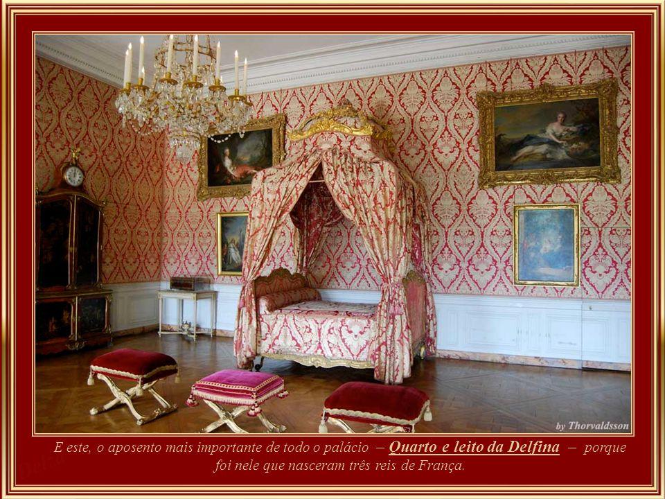 E este, o aposento mais importante de todo o palácio – Quarto e leito da Delfina – porque foi nele que nasceram três reis de França.
