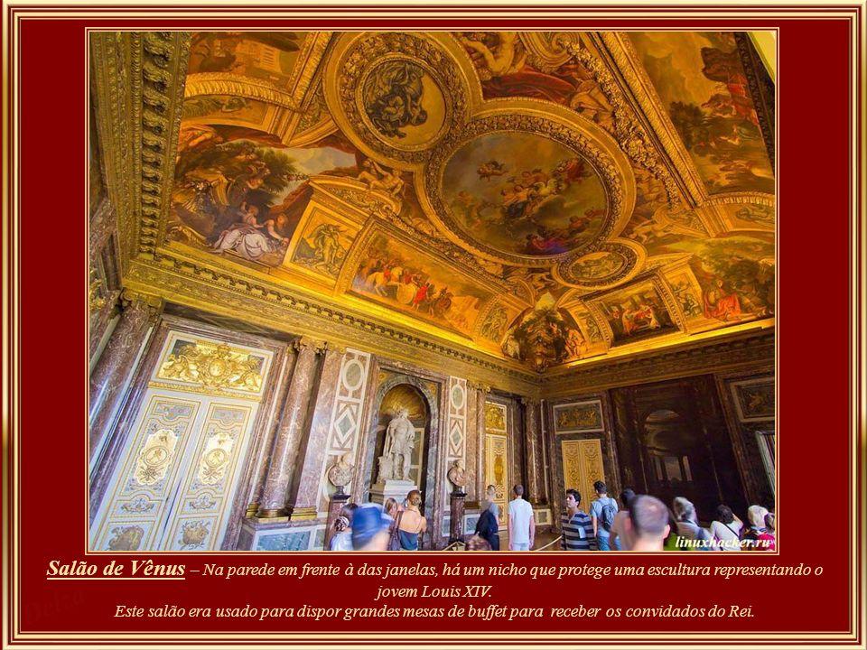 Salão de Vênus – Na parede em frente à das janelas, há um nicho que protege uma escultura representando o jovem Louis XIV.