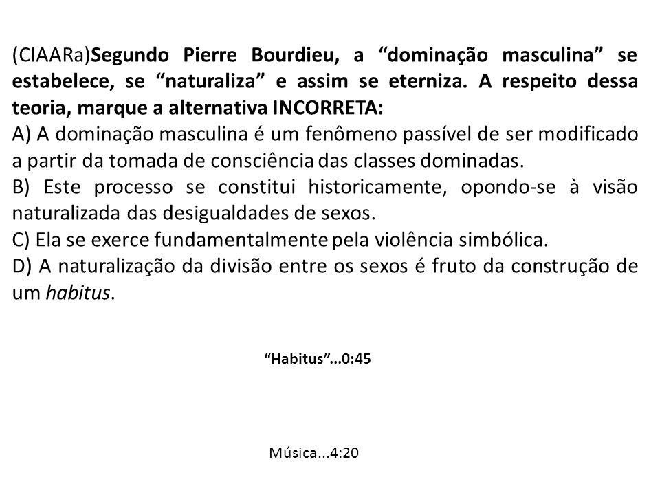 C) Ela se exerce fundamentalmente pela violência simbólica.